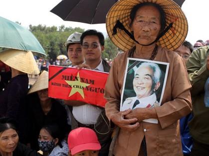 Người dân đến viếng Đại tướng Võ Nguyên Giáp