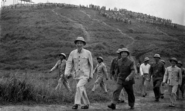 Hồ Chủ tịch và Đại tướng Võ Nguyên Giáp thăm một đơn vị bộ đội diễn tập năm 1957. Ảnh: Thông Tấn Xã Việt Nam