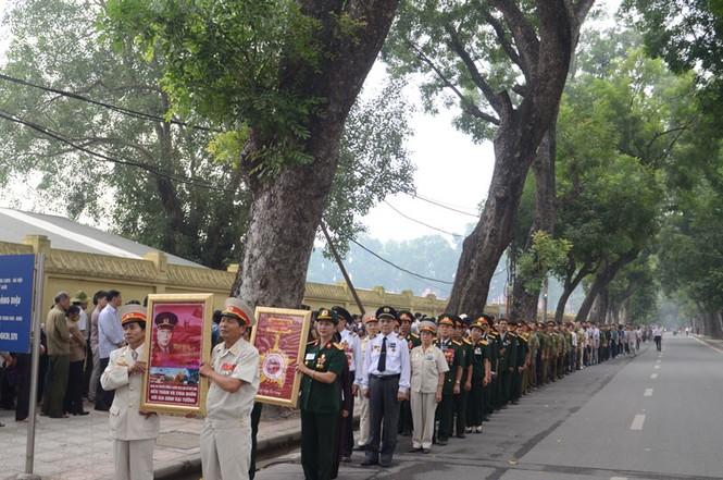 Xếp hàng ngay ngắn của những cựu chiến binh đến viếng Đại tướng