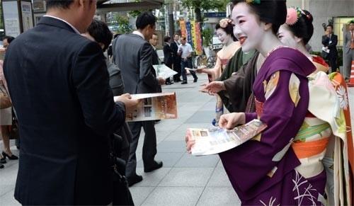Ngắm các nữ sinh geisha Nhật xuống phố - ảnh 3