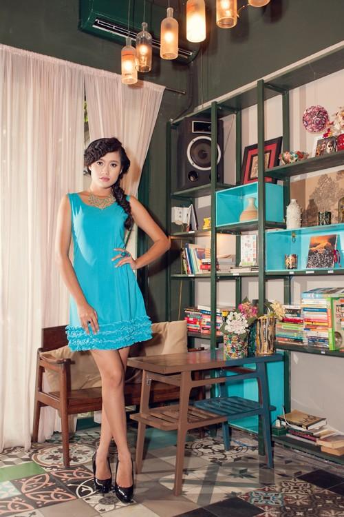 Kim Ngọc khoe chân dài nuột nà với đầm xanh tươi mát