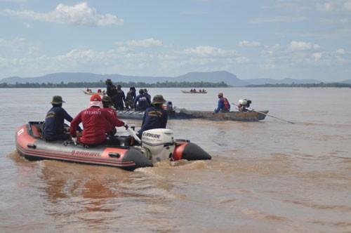 Các thợ lăn chuyên nghiệp cùng người dân địa phương đang nỗ lực định vị vị trí máy bay rơi - Ảnh: Phạm Quang