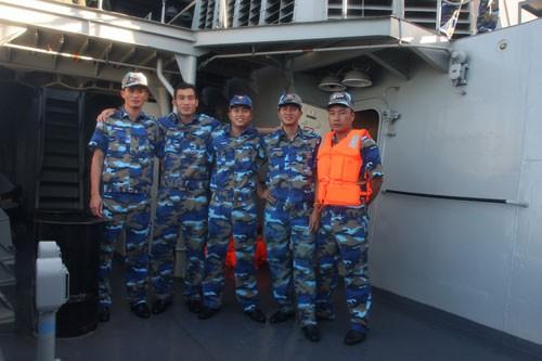 Các thủy thủ Việt Nam phấn khởi khi hoàn thành nhiệm vụ sau một hành trình đầy sóng gió