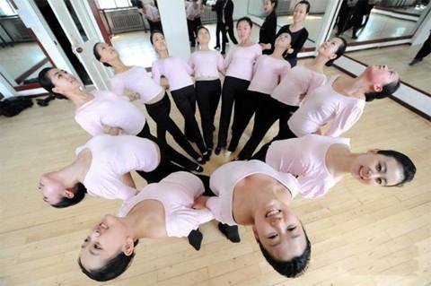 Ngoài yoga, các học viên còn phải tập cả ballet