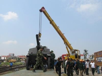 Quang cảnh buổi lễ cẩu xe xuống sân bay Đồng Hới trưa nay