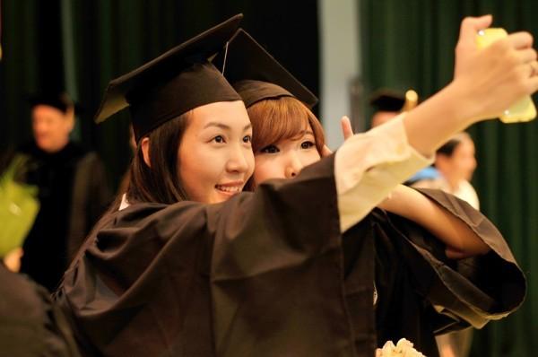 Á hậu Hoa hậu Việt Nam 2010 Đặng Thùy Trang rạng rỡ ngày tốt nghiệp - ảnh 9