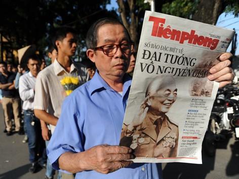 Hàng ngàn tờ báo Tiền Phong số Đặc biệt về Đại tướng Võ Nguyên Giáp được phát miễn phí cho đoàn người vào viếng