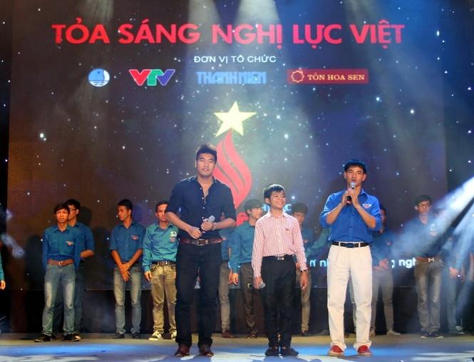 """Ca sĩ Tạ Quang Thắng biểu diễn bài hát của chương trình -  """"Sống như những đoa hoa"""""""