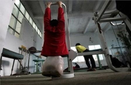 Bức ảnh chụp cô bé bóng rổ năm 16 tuổi, em đang tập luyện sức lực trong một khoá học bơi lội tại trung tâm Kunming