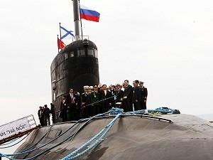 Thủ tướng Nguyễn Tấn Dũng thị sát tàu ngầm Hà Nội trong chuyến thăm Nga tháng 5/2013 (Ảnh: Đức Tám/TTXVN)