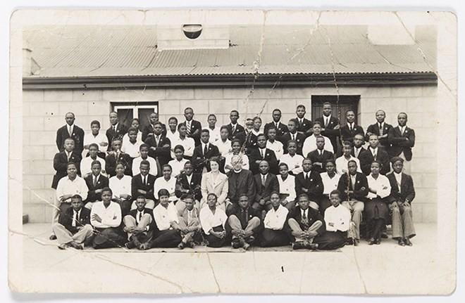Năm 1938: Bức ảnh được biết đến sớm nhất về Nelson Mandela (đứng hàng cao nhất, thứ 5 từ phải sang) khi ông đang học ở trường Healdtown