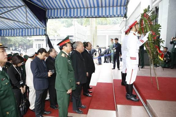 Đoàn Ban tổ chức lễ tang do Ủy viên BCT, Phó Thủ tướng Nguyễn Xuân Phúc dẫn đầu vào viếng Đại tướng. Ảnh: Như Ý