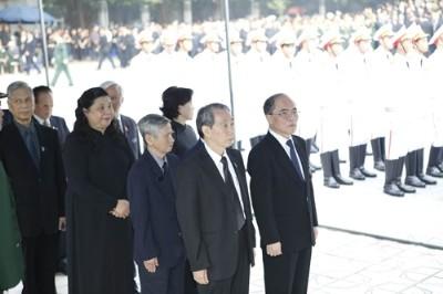 Chủ tịch Quốc hội Nguyễn Sinh Hùng dẫn đầu Đoàn đại biểu Quốc hội viếng Đại tướng Võ Nguyên Giáp
