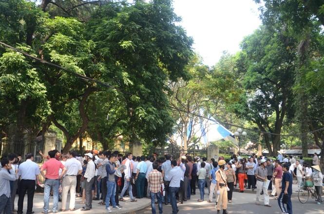Người dân vẫn đứng kín trước cổng nhà Đại tướng