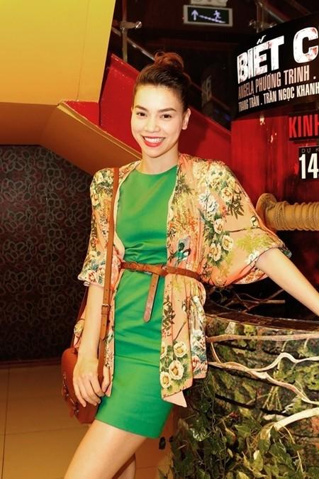 """Mùa hè này xu hướng họa tiết hoa được rất nhiều tín đồ thời trang trên khắp thế giới yêu thích. Và người đẹp Hà Hồ cũng không ngoại lệ, cô đã kết hợp chiếc """"mini dress"""" xanh lá cùng áo khoác họa tiết độc đáo"""