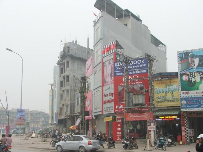 Nhà siêu mỏng, siêu méo tràn lan tại ngã tư Khuất Duy Tiến - Nguyễn Trãi  Ảnh: Minh Tuấn