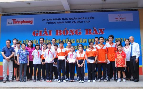 Các cơ quan tài trợ và khách mời chụp ảnh chung với các vận động viên nhí