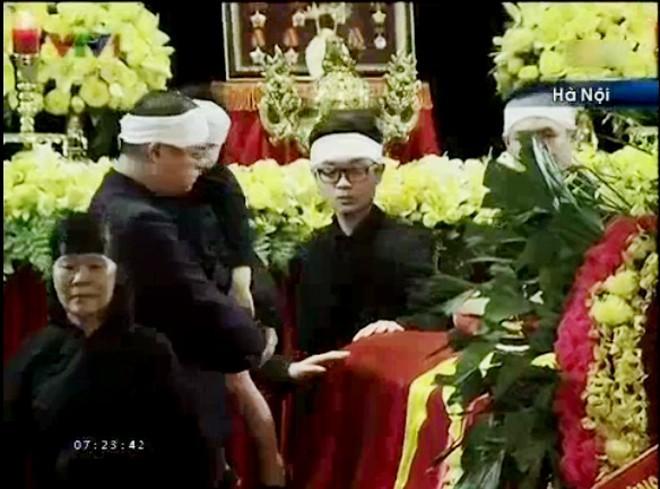 Võ Thành Trung, sinh năm 1991 là con trai của ông Võ Hồng Nam, con trai út của Đại tướng Võ Nguyên Giáp đặt tay lên linh cữu, đứng lặng người             Bài viết: http://news.zing.vn/Chau-noi-Dai-tuong-lang-nguoi-truoc-linh-cuu-ong-post359956.html#home_featured.noibat             Nguồn Zing News
