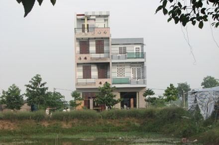 Ngôi nhà của Thúy Liễu – Hoàng Hùng (bên trái) giờ suốt ngày đóng cửa im lìm
