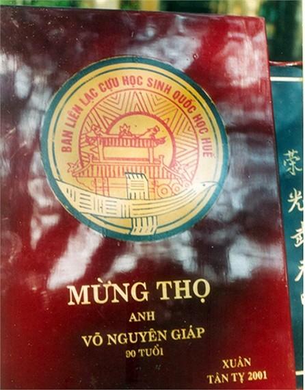 Năm 2001, Hội Cựu học sinh trường Quốc học Huế đã tặng Đại tướng bức tranh sơn mài mừng Đại tướng thọ tuổi 90