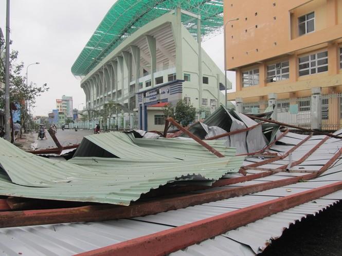 Mái nhà kiên cố bị cuốn rơi xuống đất
