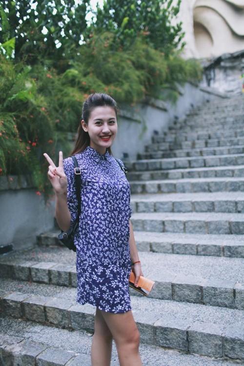 Hot girl Hà Lade với áo sơ mi hoa trắng, nền xanh
