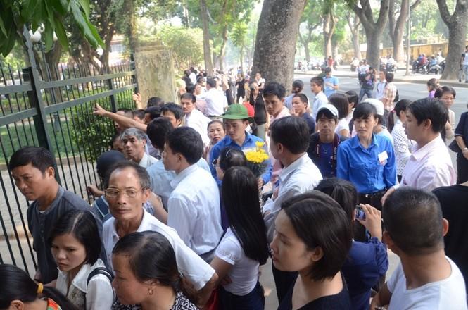 Sáng nay hàng nghìn người dân vẫn đến số nhà 30 Hoàng Diệu, Hà Nội đứng trước cổng viếng Đại tướng Võ Nguyên Giáp