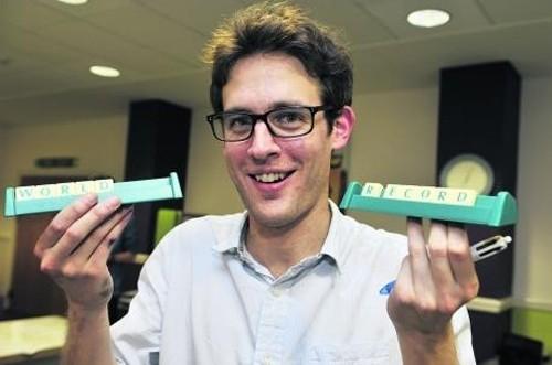Chris May, một sinh viên ngành âm nhạc của ĐH Oxford đã chơi giải đố chữ với 28 đối thủ chuyên ngành báo chí của Oxford. Anh đã giành chiến thắng 25 trận tất cả, mà chỉ cần một từ gợi ý duy nhất             Bài viết: http://news.zing.vn/Nhung-ky-luc-ky-quac-cua-sinh-vien-the-gioi-post359281.html#home_cate.tinmoi             Nguồn Zing News
