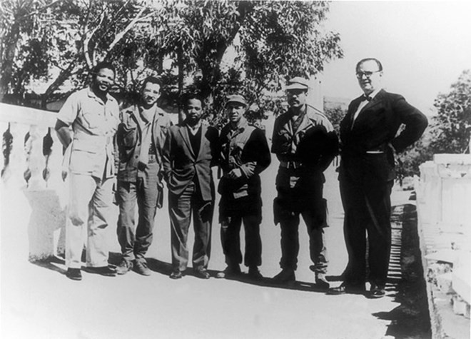 Năm 1962: Nelson Mandela chụp ảnh lưu niệm với các chỉ huy quân đội Algeria. (Nguồn: Getty)