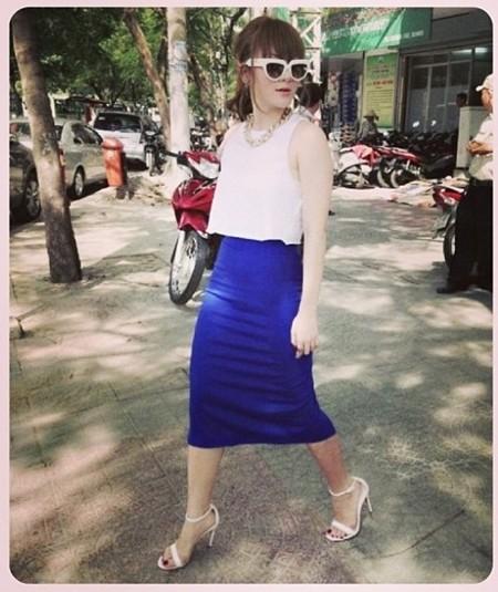 Không chỉ mình Hồ Ngọc Hà, mà ca sĩ Yến Nhi cũng thường xuyên chọn những chiếc chân váy bút chì để kết hợp cùng áo croptop đang làm mưa làm gió trong thời gian qua
