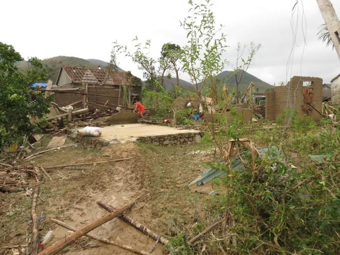 Cả hai ngôi nhà bị sập, bà Thuận cùng con trai và cháu gái đang hết sức nguy kịch ở bệnh viện