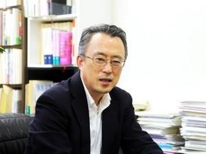 Học giả kiêm dịch giả Nhật Bản Hisao Suzuki đang chia sẻ những suy nghĩ về Đại tướng Võ Nguyên Giáp. (Ảnh: Hữu Thắng/TTXVN)