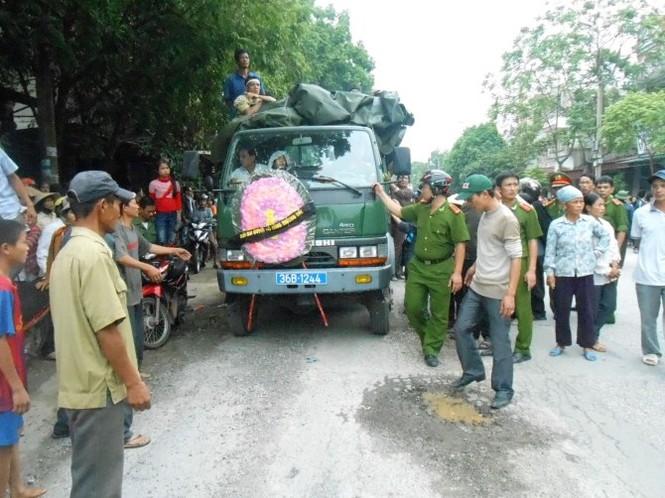 Chiếc xe chở quan tài sản phụ Xuân là xe của Công an huyện Thiệu Hóa điều đến để hỗ trợ gia đình nạn nhân đưa về quê an táng.