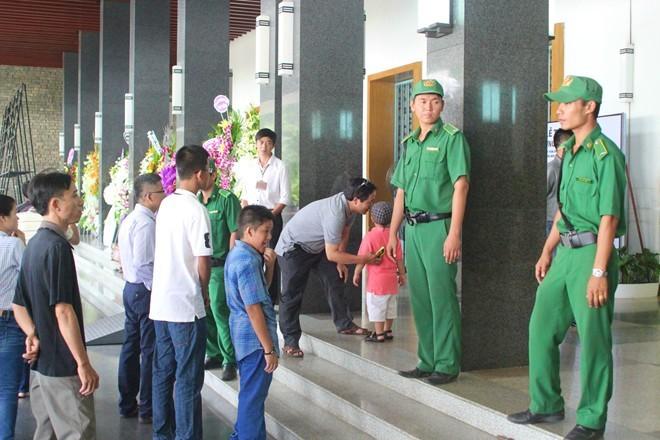 Nhiều người rất tiếc nuối khi không tới kịp để viếng Đại tướng             Bài viết: http://news.zing.vn/Em-be-4-tuoi-lau-nuoc-mat-cho-me-tai-le-tang-Dai-tuong-post359979.html#home_multimedia             Nguồn Zing News