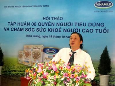 Ông Trương Tân Phong – Giám Đốc Kinh Doanh Khu vực miền Tây I Vinamilk chia sẻ với người tiêu dùng Kiên Giang các thông tin về công ty