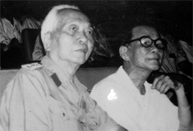 Đại tướng Võ Nguyên Giáp và GS. Nguyễn Thúc Hào, hai người bạn cùng học một lớp ở trường Quốc học Huế gặp nhau năm 1996 tại Hà Nội