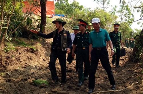Ông Võ Điện Biên (người chỉ tay) cùng đoàn công tác đi kiểm tra thực địa
