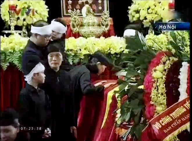 Ngoảnh mắt nhìn linh cữu Đại tướng khi đã bước qua             Bài viết: http://news.zing.vn/Chau-noi-Dai-tuong-lang-nguoi-truoc-linh-cuu-ong-post359956.html#home_featured.noibat             Nguồn Zing News