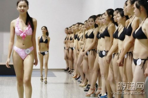 Choáng với các nữ sinh diện bikini nóng bỏng lên lớp - ảnh 3