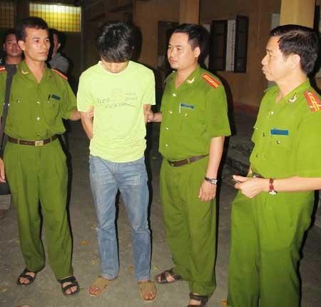 Dẫn giải đối tượng về Trại tạm giam Công an tỉnh Bắc Giang.