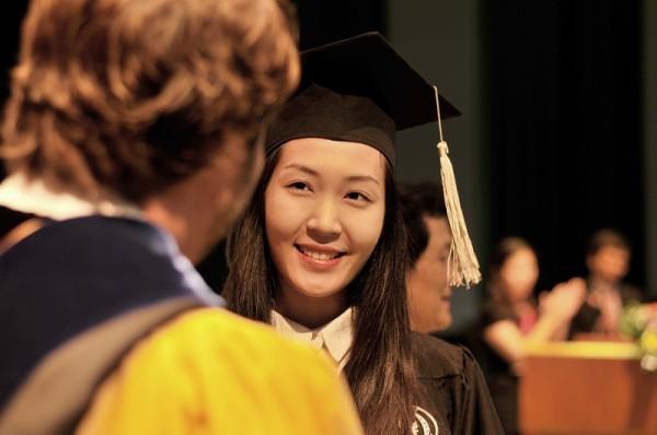 Á hậu Hoa hậu Việt Nam 2010 Đặng Thùy Trang rạng rỡ ngày tốt nghiệp - ảnh 5