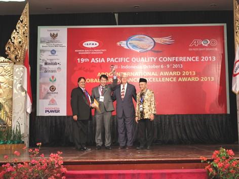 Phó Tổng Giám đốc Nguyễn Đức Thành đại diện VietinBank nhận giải thưởng tại lễ trao giải
