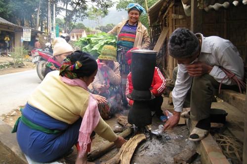 Bếp lửa được người dân nhóm lên khắp nơi, vừa sưởi ấm, vừa tranh thủ nấu nướng