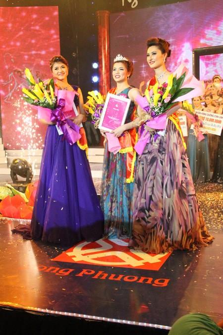 Giây phút đăng quang của người đẹp Nguyễn Thị Truyền