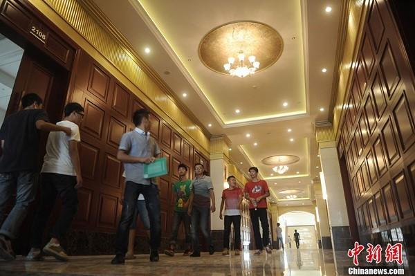 Hành lang dài và rộng, mỗi phòng học đều được lắp cửa gỗ tối màu             Bài viết: http://news.zing.vn/Truong-dai-hoc-sang-nhu-khach-san-5-sao-post359992.html#home_cate.tinmoi             Nguồn Zing News