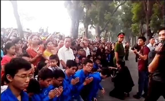 Mọi người cùng quỳ khóc trước tuyến phố Hoàng Diệu khi đoàn xe đi qua tư gia Đại tướnG Võ Nguyên Giáp