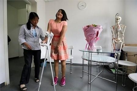 Vào tháng trước, cô gái này bước sang tuổi 18, em tiếp tục được nhận thêm một đôi chân giả mới để cho vừa với thân thể phát triển của em