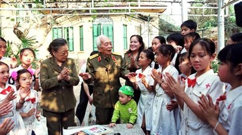 Nghệ sĩ nhân dân Tường Vi với các cháu thiếu nhi Hà Nội chúc mừng Đại tướng Võ Nguyên Giáp 95 tuổi