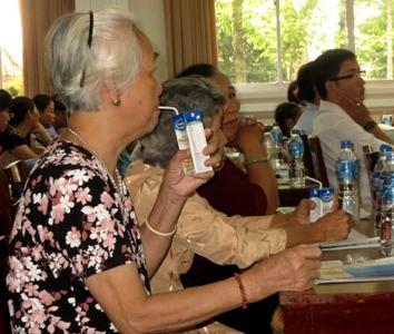 Người tiêu dùng sử dụng sản phẩm Vinamilk tại Hội thảo