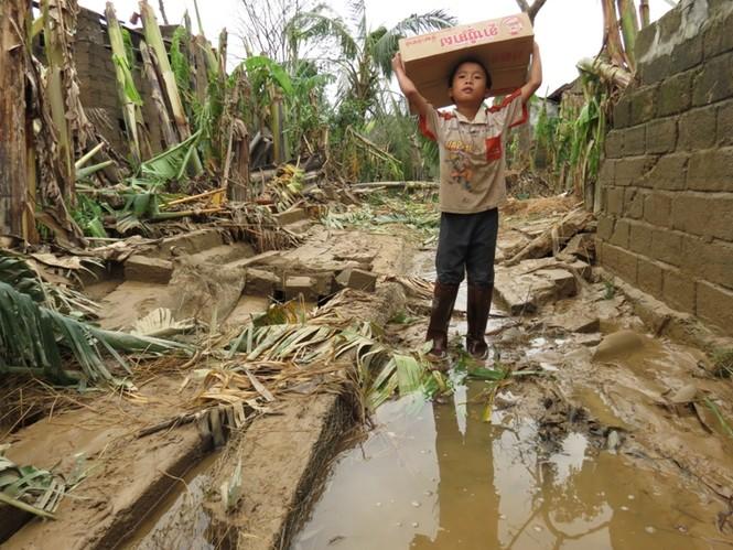 Những gói mì tôm, nước khoáng đã giúp người dân vùng lốc xoáy cầm hơi